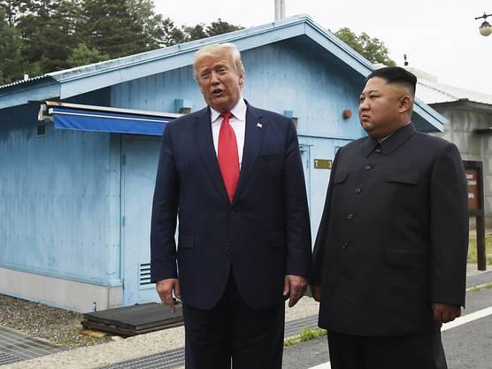 Nachdem die beiden sich die Hand gaben, trat Trump über die Grenze und ging ein paar Schritte in Nordkorea.
