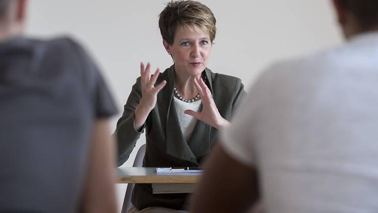 Bundespräsidentin Simonetta Sommaruga beantwortet die Fragen der Schülerinnen und Schülern an der Berufsfachschule Basel.