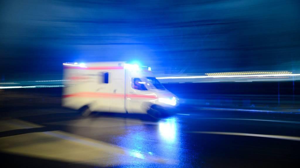 Der verletzte 27-Jährige wurde ins Spital gebracht. (Symbolbild)