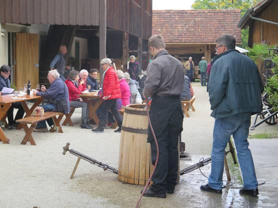 Küfer Stephan Wetzel bei der Präsentation des Küferhandwerks