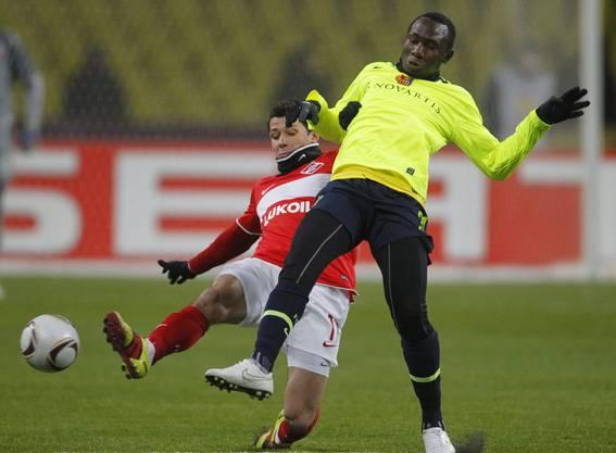 Marek Suchy verteidigt 2011 für Spartak Moskau gegen Jacques Zoua.