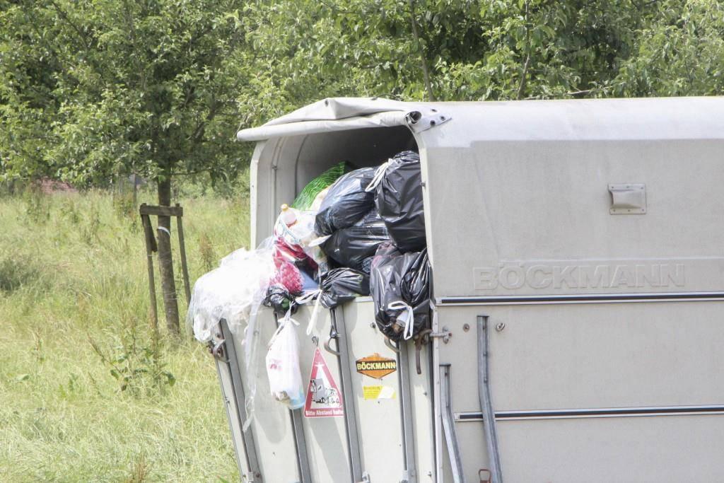 Hier lagern die Fahrenden ihre Abfälle - direkt neben dem Grundstück von Bruno Straub. (© FM1Today/Dario Brazerol)