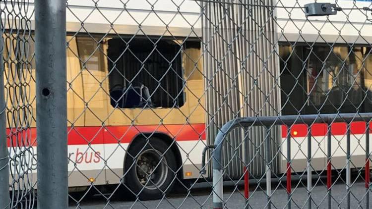 Der Bus hielt gegenüber der Degustationshalle 4, als er von Böllern beworfen wurde. Fünf Personen wurden verletzt.