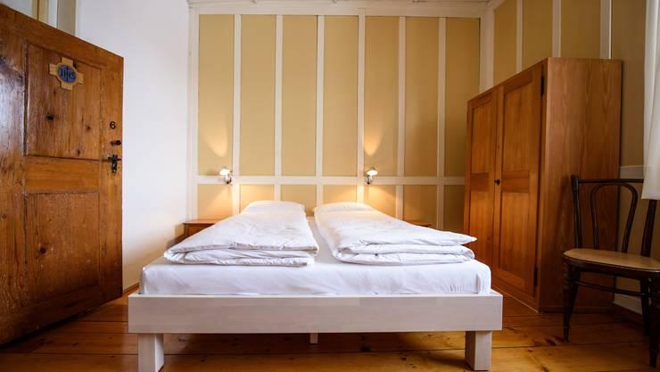 Eines der beiden schlicht eingerichteten Doppelzimmer, das seinen ursprünglichen Charakter bewahrt hat.