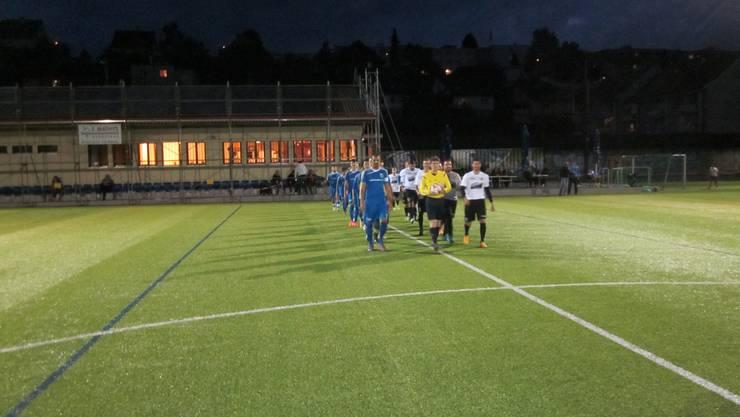 FC Frenkendorf (blaues Dress)  Virtus Liestal b  (weisses Dress) beim Einlaufen für das Meisterschaftsspiel 4.Liga