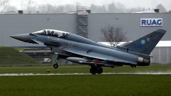 Der Eurofighter Typhoon der Deutschen Luftwaffe startete am  25. November auf dem Flugplatz Emmen zu einem Testflug. Die Ruag profitiert von Gegengeschäften, wenn die Schweiz neue Kampfjets kauft.