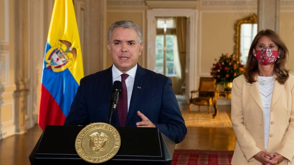 Der kolumbianische Präsident Ivan Duque (l) spricht begleitet von Marta Lucia Ramirez (r), Vizepräsidentin von Kolumbien, im Rahmen der heftigen Proteste gegen seine Regierung. Foto: Externos/colprensa/dpa