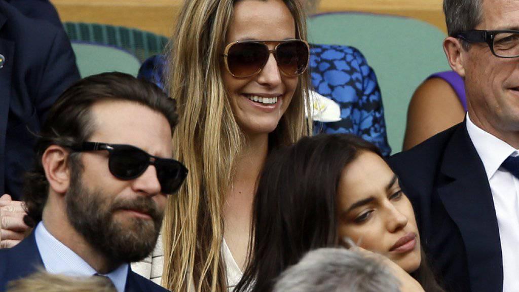 Bradley Cooper (links) und Irina Shayk (unten rechts)- hier mit Schauspieler Hugh Grant und dessen Freundin Anna Eberstein - machen Ernst: Jetzt, wo sie Eltern werden, wollen sie auch heiraten. (Archivbild)