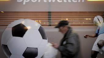 Sportwetten sind Glücksspiele und auch für Kenner ist das Voraussehen eines Spielergebnisses weitgehend vom Zufall abhängig. Mit einer Sensibilisierungskampagne wird auf das Problem der Spielsucht bei Sportwetten aufmerksam gemacht. (Archivbild)