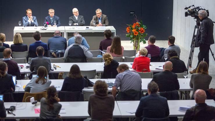 Das Interesse an der Medienkonferenz ist gross: Axel Wüstmann (AZ Medien), Peter Wanner (AZ Medien), Etienne Jornod (NZZ) und Pascal Hollenstein (NZZ) erklären im Neubau des Zürcher Landesmuseums die Gründe für das neue gemeinsame Unternehmen.