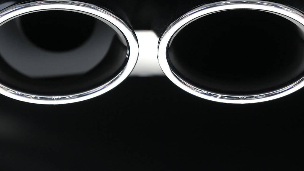 Der Abgas-Skandal zieht immer weitere Kreise: Nicht nur Privatkunden wollen Volkswagen auf Schadenersatz verklagen - auch Grossinvestoren gehen auf die Barrikaden (Archiv).