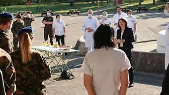 Regierungsrätin Kathrin Schweizer verabschiedet die Sanitätssoldaten, die im Kantonsspitälern Bruderholz im Einsatz waren.