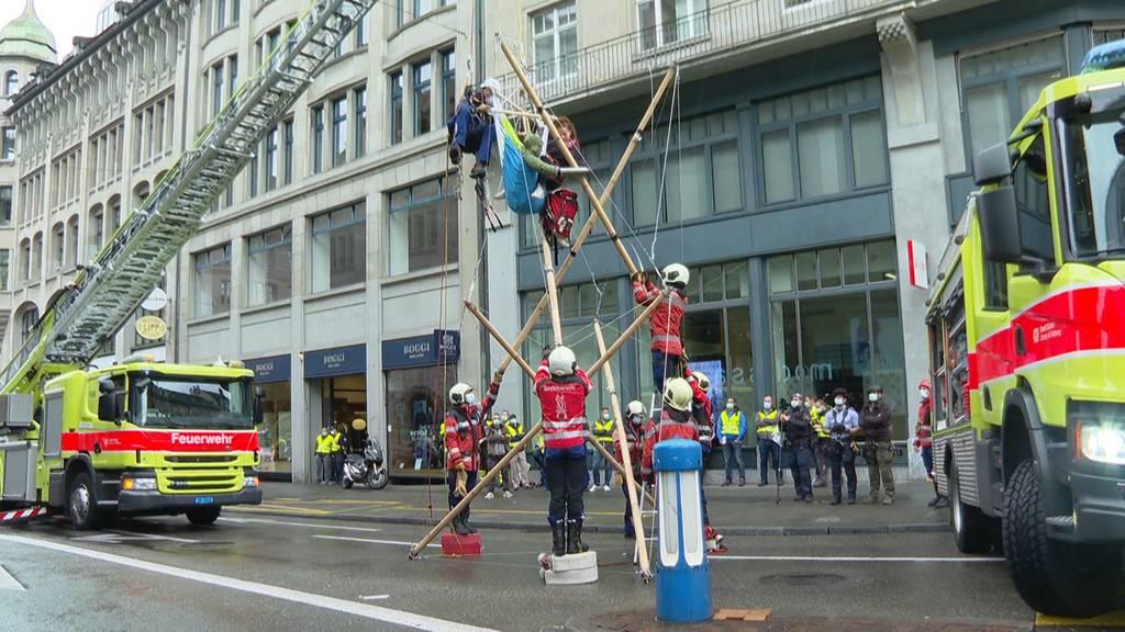Erneute Blockaden in Zürich - Feuerwehr muss Klimaaktivisten von Holzgerüst befreien