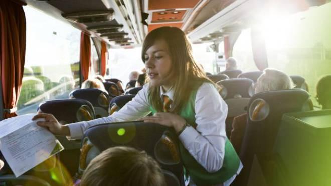 Wenig Beinfreiheit und auch mal Stau, dafür Service am Platz und günstige Preise: Fernbus-Anbieter mischen den Markt auf. Foto: Verena Brandt