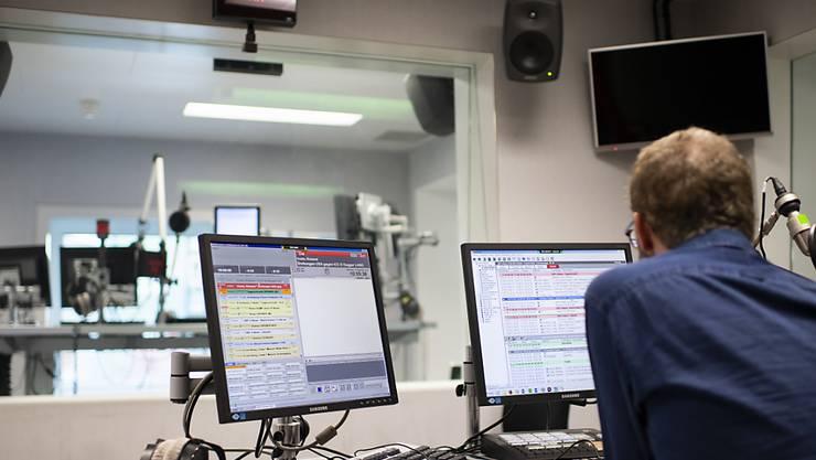 Mehrheitlicher Umzug von Bern nach Zürich absehbar: Ein Mitarbeiter von SRF 4 News in einem Studio in Bern.