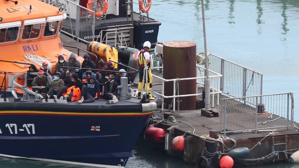 Ein Boot der gemeinützigen Organisation Royal National Lifeboat Institution (RNLI) fährt eine im Ärmelkanal aufgegriffene Gruppen mutmaßlicher Migranten in Richtung Hafen. Foto: Andrew Matthews/PA Wire/dpa