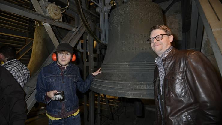 Die Glockenfreunde Schweiz machen Tonaufnahmen im Glockenstuhl der Eusebiuskirche, rechts Präsident Matthias Walter, links Fabian Emch aus Starrkirch.