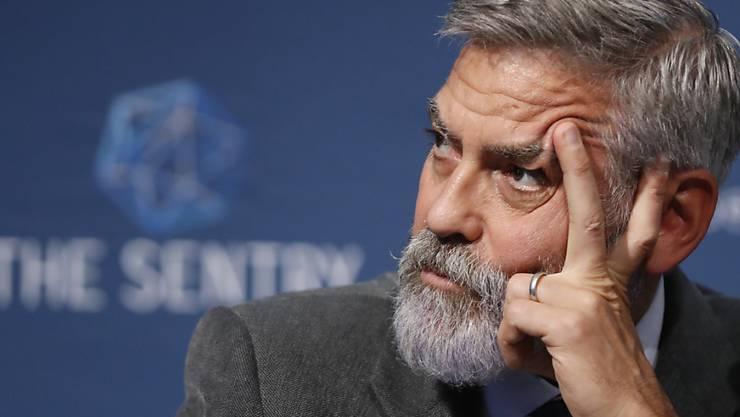 ARCHIV - George Clooney, Schauspieler und Aktivist aus den USA, spricht bei einer Pressekonferenz. Foto: Alastair Grant/AP/dpa