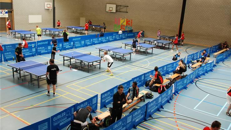 Die Turnhalle des Oberstufenschulhauses war fest in der Hand der Tischtennisspieler.
