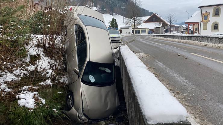 Eine Autofahrerin kam von der Strasse an und landete in einem Bach.