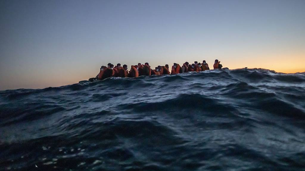 Immer wieder machen sich Menschen in der Hoffnung auf Arbeit und ein besseres Leben auf die lebensgefährliche Überfahrt nach Europa. (Archiv)