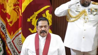 Die Schweiz hat eine Protestnote beim neuen sri-lankischen Premierminister Mahinda Rajapaksa (links) deponiert. Eine Angestellte der Schweizer Botschaft wurde in Colombo kurzzeitig entführt.