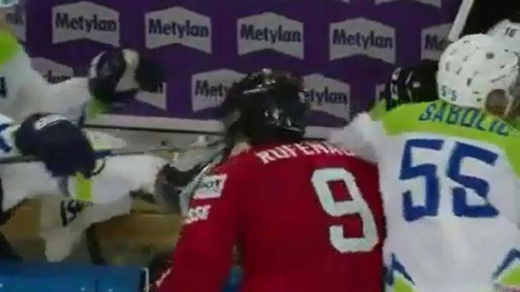 Die hässliche Szene: Ziga Jeglic (links) tritt mit dem Schlittschuh gegen den Hals von Thomas Rüfenacht