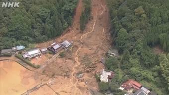 Im Südwesten Japans stehen ganze Wohngebiete unter Wasser. Starker Regen verursachte Überschwemmungen und Erdrutsche. Hunderttausende müssen vor dem Wasser fliehen.