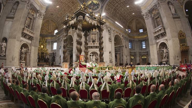 Bischöfe und Kardinale beten, während Papst Franziskus im Petersdom die Messe zur Familiensynode eröffnet.  Keystone.jpg