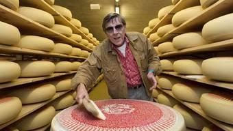 Verliebt zwischen den Regalen: Polo Hofer mit dem Emmentaler-Käse, auf dem seine 1.-August-Rede gedruckt ist