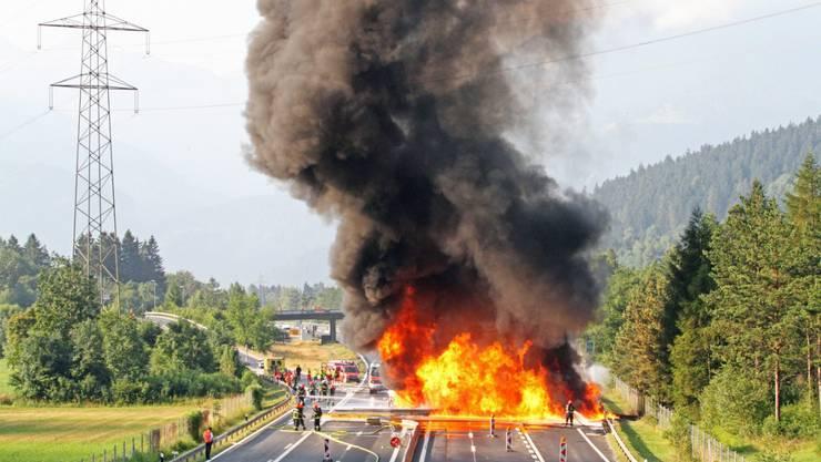 Ein Lastwagen fing am Freitagmorgen auf der A13 bei Rothenbrunnen GR Feuer.