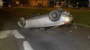 Mit Totalschaden blieb der Wagen auf dem Dach liegen.