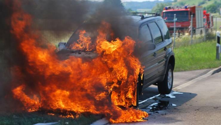 Als Brandursache steht ein technischer Defekt im Vordergrund. Der Fahrzeuglenker blieb unverletzt.