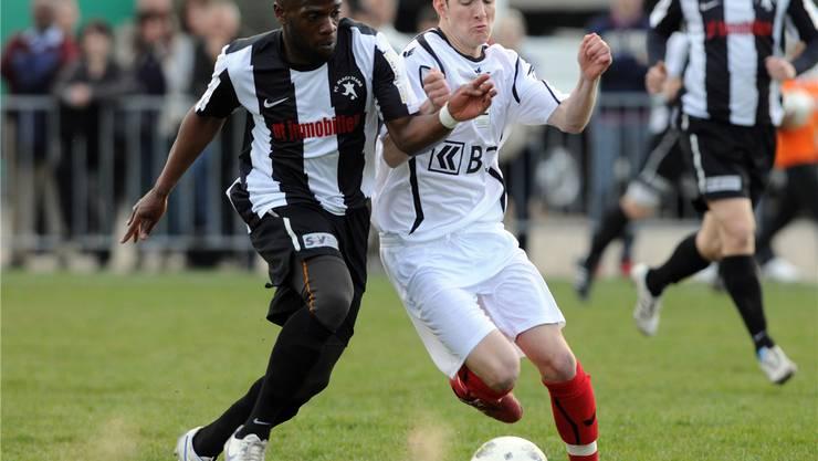 Blacks Alexandre Lanclas (l.) tankt sich durch. Aeschbach/sportives.ch