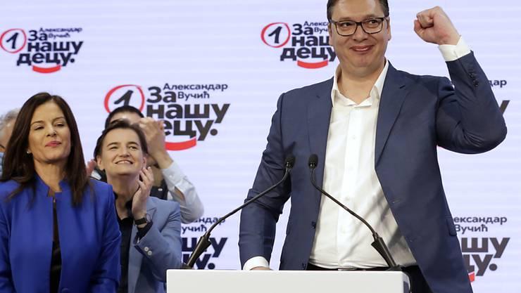 Die Partei von Serbiens Präsident Aleksandar Vucic hat die Parlamentswahl in Serbien haushoch gewonnen.
