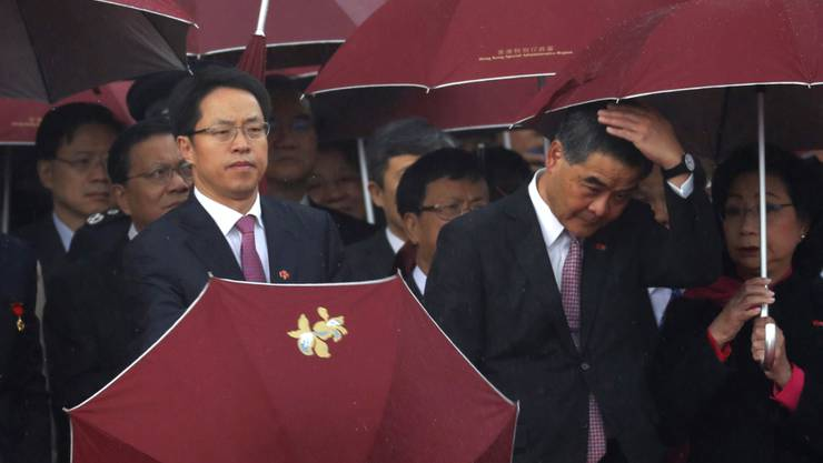 Der Spitzenfunktionär Pekings in Hongkong, Zhang Xiaoming (links) ist seiner Funktion enthoben worden. (Archivbild)
