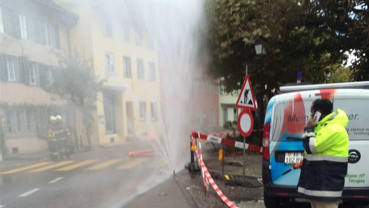 Nach einem Gasleck beim Kronenplatz schützte die Feuerwehr die angrenzenden Liegenschaften mit einer Wasserwand.