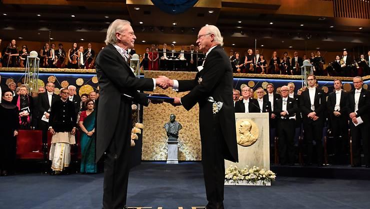 Schwedens König Carl XVI. Gustaf (r.) überreichte dem österreichischen Preisträger Peter Handke in Stockholm den Nobelpreis für Literatur.