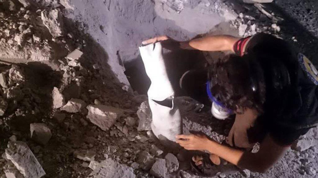 Dieses Bild des syrischen Zivilschutzes aus Idlib soll einen Chlorgasbehälter nach dem Abwurf aus einem Helikopter zeigen. (Archivbild)