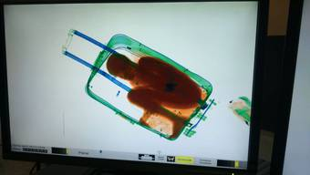 Die Guardia Civil der spanischen Exklave in Marokko hatte Adou am 7. Mai bei einer Kontrolle in dem Gepäckstück entdeckt, in dem er von Kleidungsstücken bedeckt kaum atmen konnte.