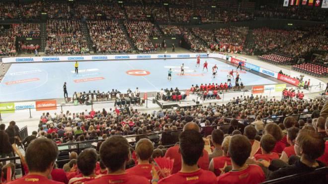 Die 10 040 Fans im Zürcher Hallenstadion verabschieden die Schweizer Handball-Nationalmannschaft trotz der 22:23-Niederlage gegen Deutschland mit einer Standing Ovation. Foto: Keystone