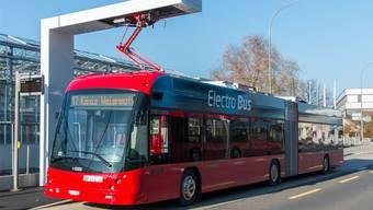 Seit Herbst 2018 sind in Bern Elektrobusse im Pilotbetrieb unterwegs. Auch die RVBW wird an der Endstation beim Depot eine solche Vorrichtung erstellen, an der der Bus innert Minuten von oben aufgeladen wird.