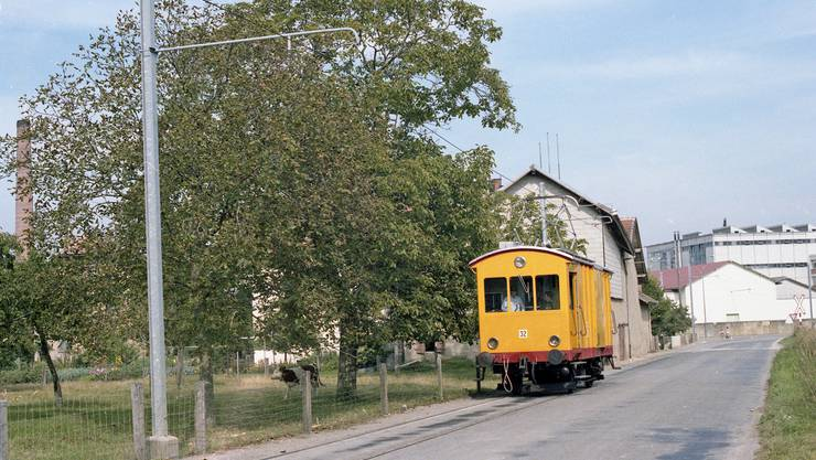 Der Eletkrotriebwagen Fe2/2 Nr. 32 im Einsatz, hier auf der Route des Granges Saint-Martin in Orbe im Kanton Waadt.