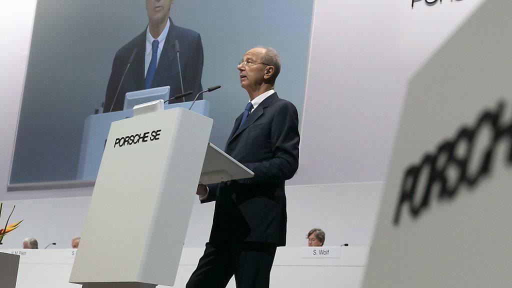 Die VW-Dachgesellschaft Porsche SE hat deutlich mehr verdient - Im Bild CEO Hans Dieter Pötsch an der Generalversammlung im Juni. (Archivbild)