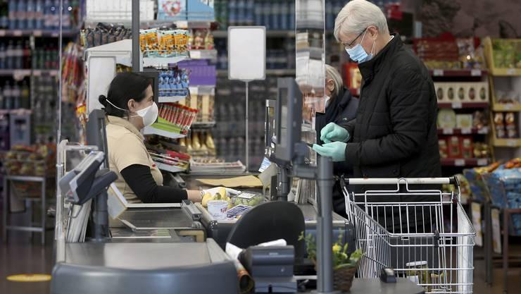 Ein Supermarkt in Wien: Einkaufen kann man in Österreich seit heute nur noch mit Gesichtsmaske.