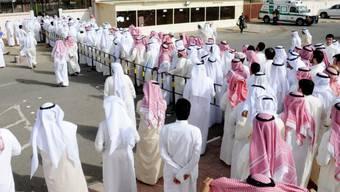 Schlangestehen vor Wahllokal in Kuwait-Stadt