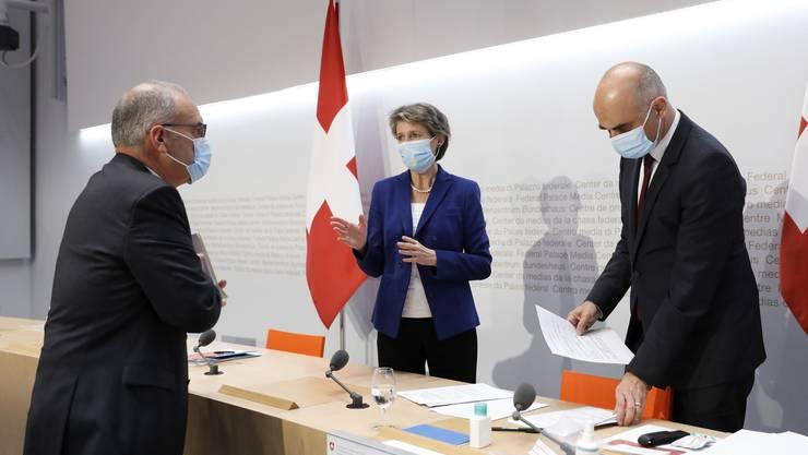 Gleich drei Bundesräte traten vor die Medien, um die Verschärfungen anzukünden: Wirtschaftsminister Guy Parmelin (links), Bundespräsidentin Simonetta Sommaruga und Gesundheitsminister Alain Berset.