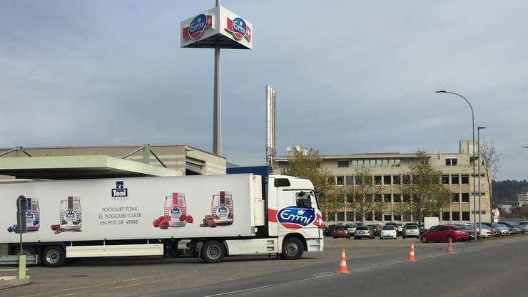 Das Bürogebäude (hinten) und das Grundstück des ehemaligen AZM-Komplexes gehören nach wie vor direkt den Aargauer Milchbauern (über MPM).