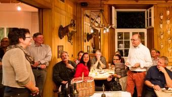 Urs Bucher (rechts) präsentiert seinen Gästen das neue Catering-Konzept.