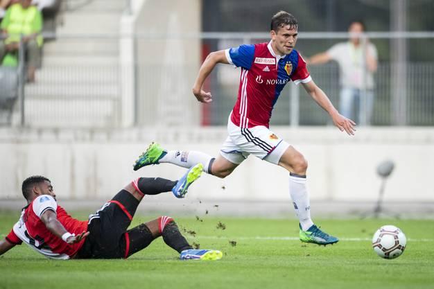 Fabian Frei gewinnt das Duell mit Feyenoords Jeremiah St. Juste. Ein seltenes Bild an Freitagabend in der Tissot Arena in  Biel.